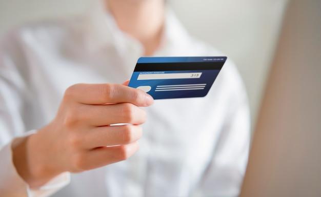 Femme Effectuant Des Achats En Ligne Et Tenant La Vue Arrière De La Carte De Crédit, Entrez Le Code De Paiement Du Produit. Photo Premium