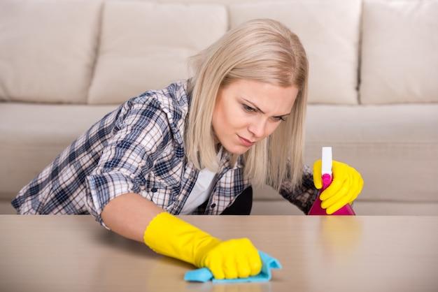 Une femme effectue des travaux de nettoyage à la maison. Photo Premium