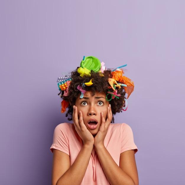 Femme Effrayée Horrifiée Posant Avec Des Ordures Dans Ses Cheveux Photo gratuit