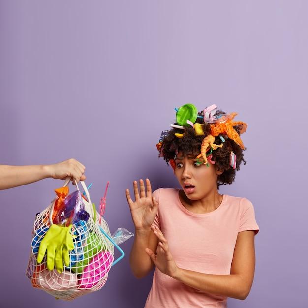Femme Effrayée Posant Avec Des Ordures Dans Ses Cheveux Photo gratuit