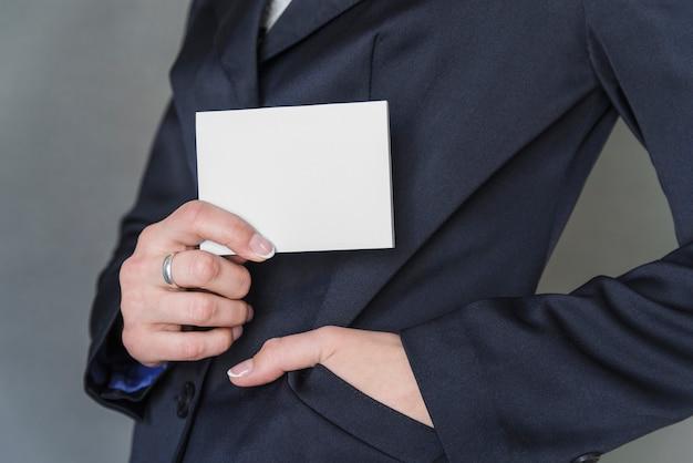 Femme, élégant, tenue, papier vierge Photo gratuit