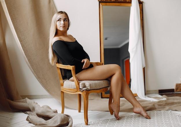 Femme élégante aux cheveux blonds assis Photo gratuit