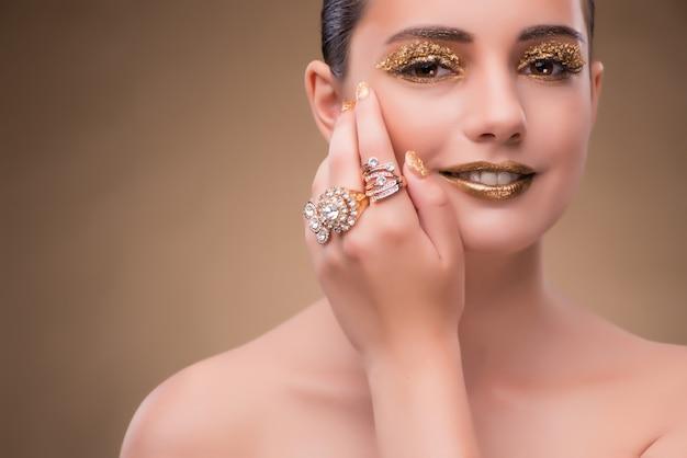 Femme élégante avec des bijoux dans le concept de mode Photo Premium