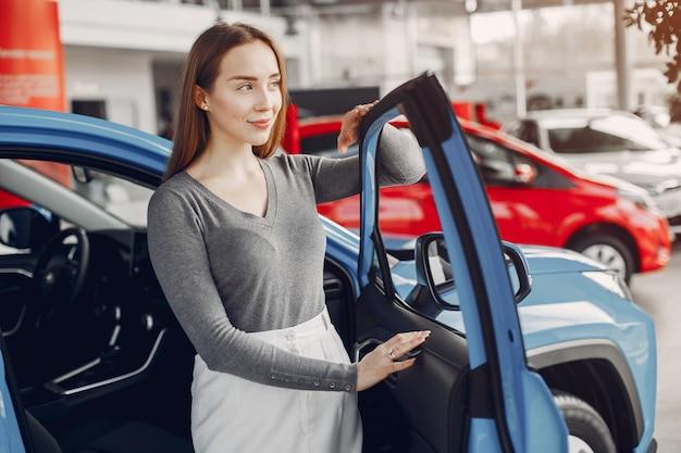 Femme élégante dans un salon de voiture Photo gratuit