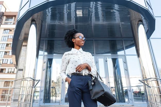 Femme élégante à faible angle avec sac à main Photo gratuit