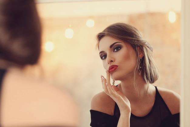 Femme élégante Et Glamour Avec Maquillage Posant, Concept De Mode Photo gratuit
