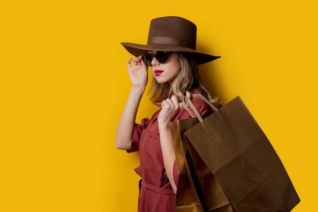 Femme élégante à lunettes de soleil et avec des sacs Photo Premium