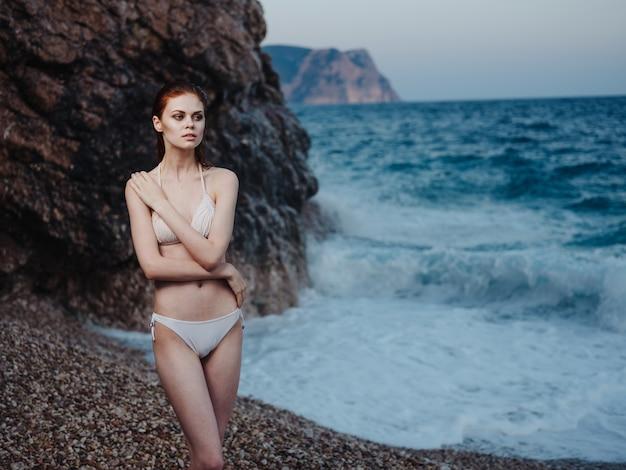 Femme élégante En Maillot De Bain Blanc épaules Nues Eau Transparente Océan Plage Nature. Photo De Haute Qualité Photo Premium
