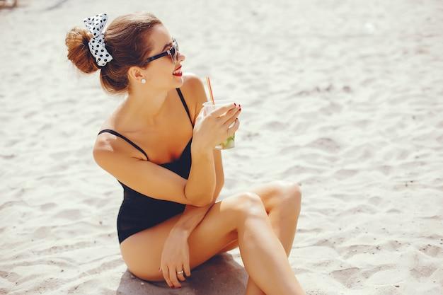 Femme élégante sur une plage ensoleillée Photo gratuit