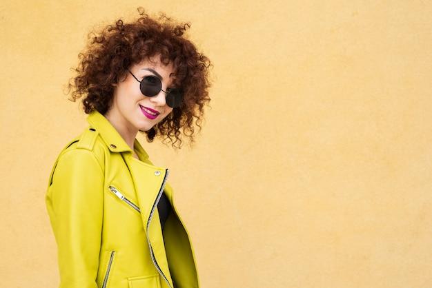 Femme élégante portant des lunettes Photo gratuit
