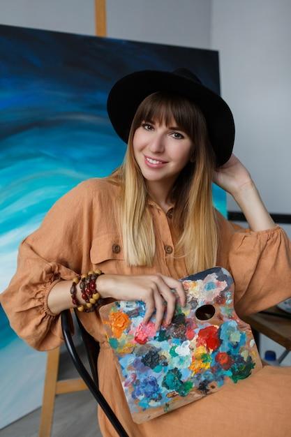 Femme élégante Posant Avec De Nouvelles œuvres D'art. Photo gratuit