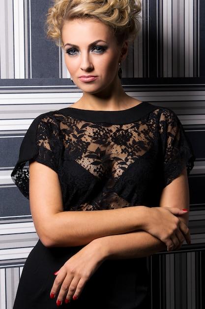 Femme élégante en robe noire Photo gratuit