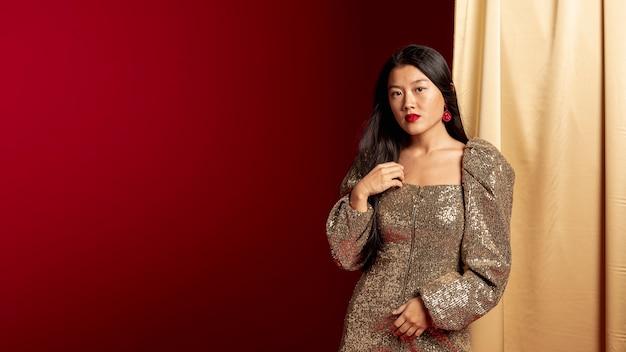 Femme élégante en robe posant pour le nouvel an chinois Photo gratuit