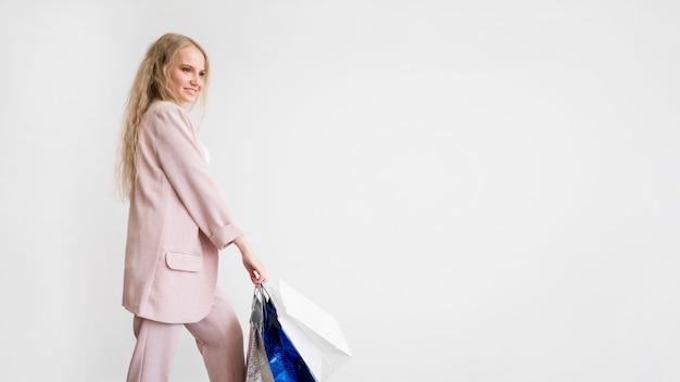 Femme élégante Tenant Des Sacs à Provisions Avec Espace Copie Photo gratuit