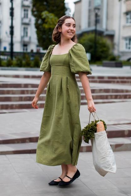 Femme élégante Transportant Des Produits D'épicerie Bio Photo gratuit