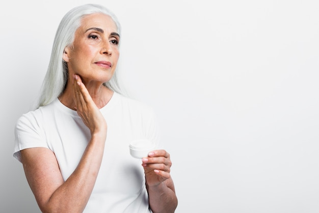 Femme élégante vue de face avec de la crème Photo gratuit