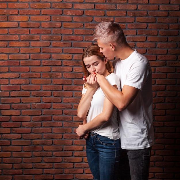 Femme embrassant la main de son copain avec espace copie Photo gratuit
