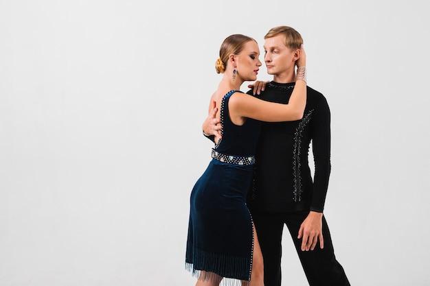 Femme embrassant et touchant le partenaire de danse Photo gratuit