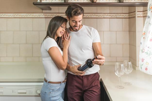 Femme, embrasser, petit ami, à, bouteille vin Photo gratuit