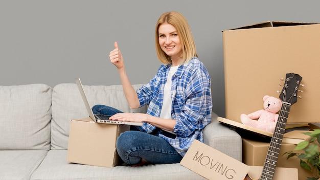 Femme Emménageant Dans Une Nouvelle Maison Photo gratuit