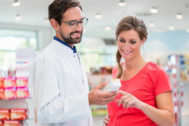 Femme enceinte, achats, dans, pharmacie Photo Premium