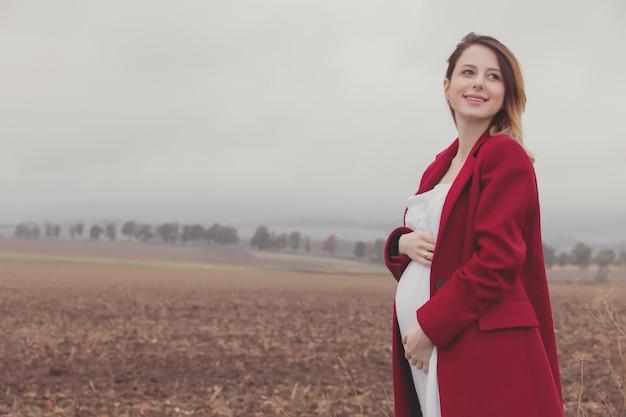 Femme enceinte à la campagne Photo Premium