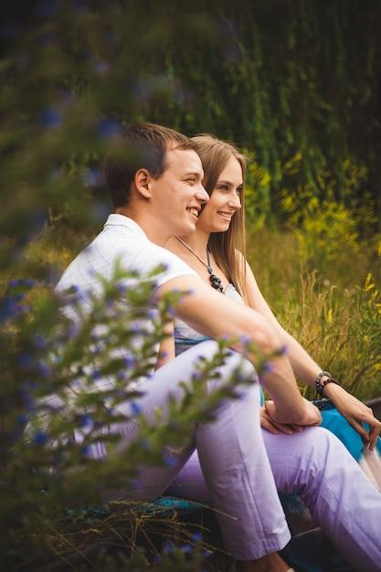 Femme enceinte avec son mari dans le parc. Photo Premium