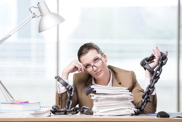 Femme enchaînée à son bureau Photo Premium