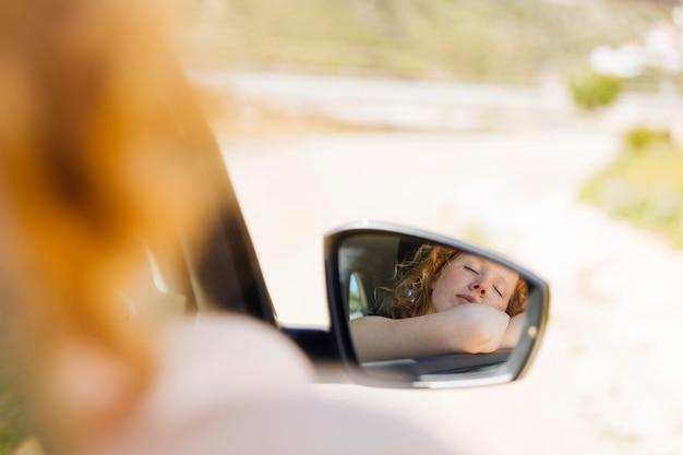 Femme Endormie Dans Le Rétroviseur De Voiture Photo gratuit