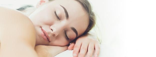 Femme Endormie Ronflement Bannière Large Clinique Pour La Conception De Sites Web Photo Premium