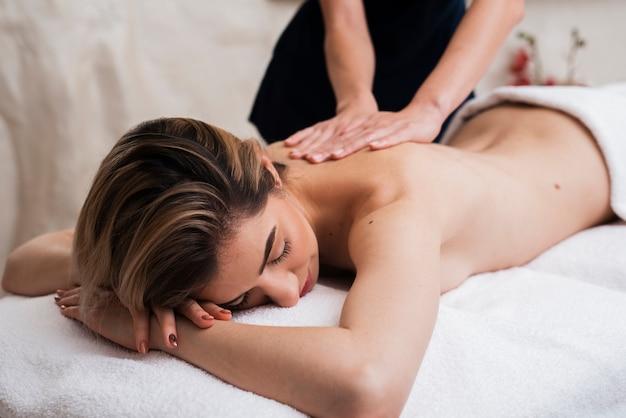 Femme Endormie Se Massage De Retour Photo gratuit