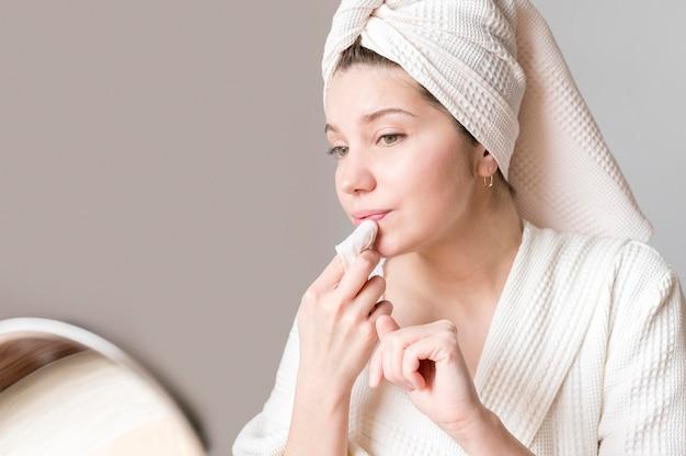 Femme, Enlever, Maquillage Photo gratuit
