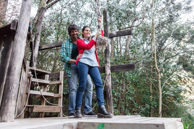 Femme Enthousiaste Tenant Une Corde Dans Le Parc D'aventure Photo gratuit