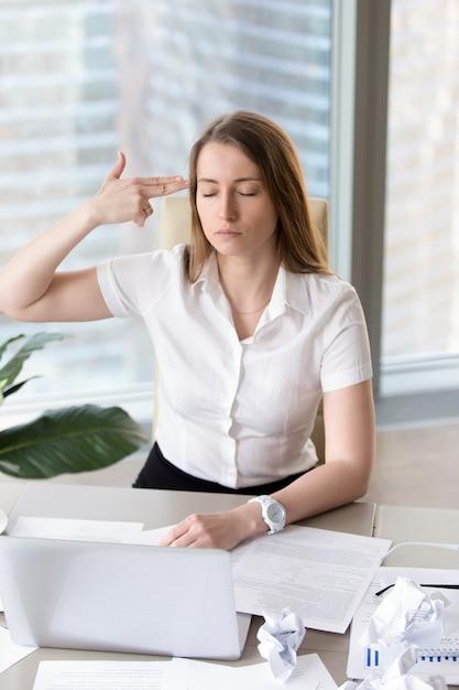 Femme Entrepreneur Fatiguée Avec Des Idées Suicidaires Photo gratuit