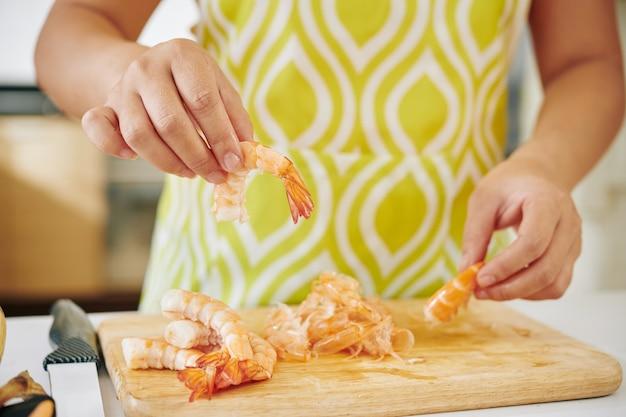 Femme, éplucher Les Crevettes Photo Premium