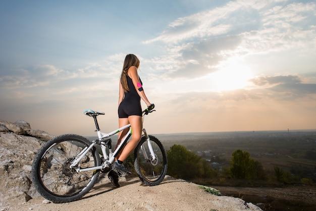 Femme, équitation, vélo sportif, sur, colline montagne Photo Premium