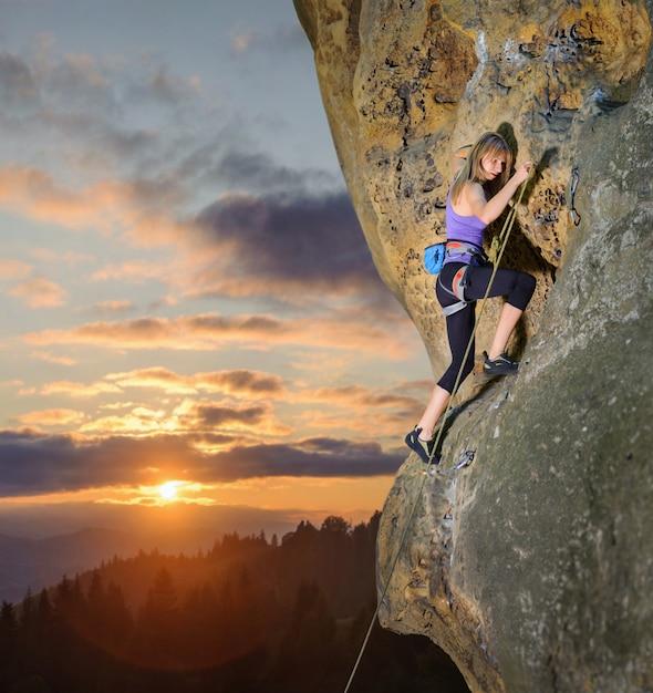 Femme, escalade, difficile, route, corde, carabines Photo Premium