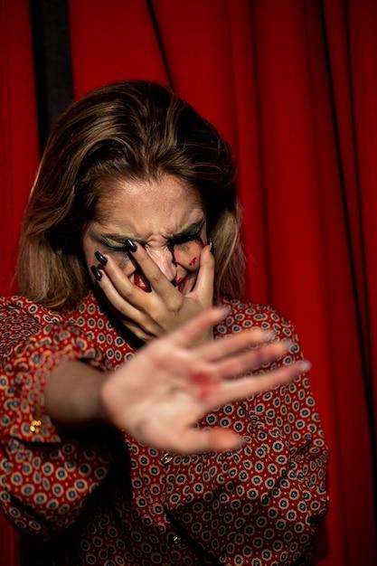 Femme essayant de ne pas montrer son visage Photo gratuit