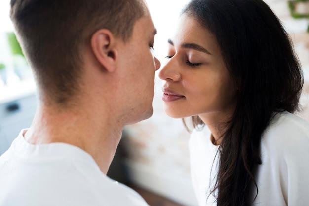Femme ethnique va embrasser son petit ami Photo gratuit