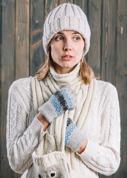 Femme étonnée en pull blanc Photo gratuit