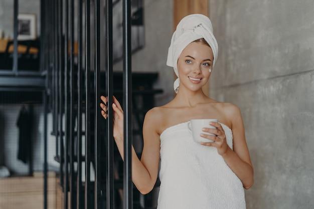 Femme Européenne Attrayante En Bonne Santé Avec Une Expression Pensive Sourit Doucement Photo Premium