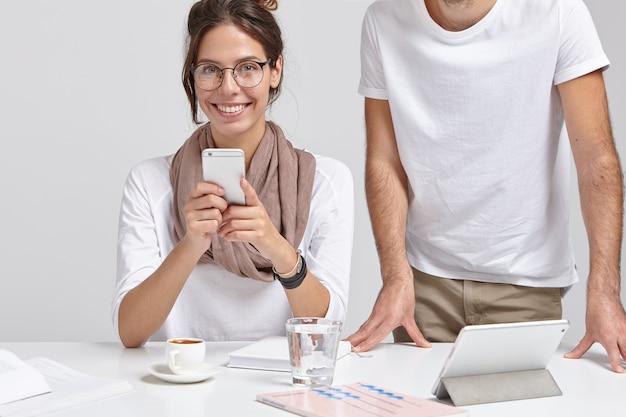 Une Femme Européenne Positive A Une Pause Après Le Travail Photo gratuit