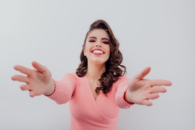 Femme Excitée, étirant Ses Bras Photo Premium