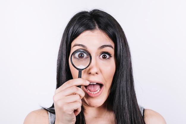 Femme excitée avec une loupe Photo gratuit