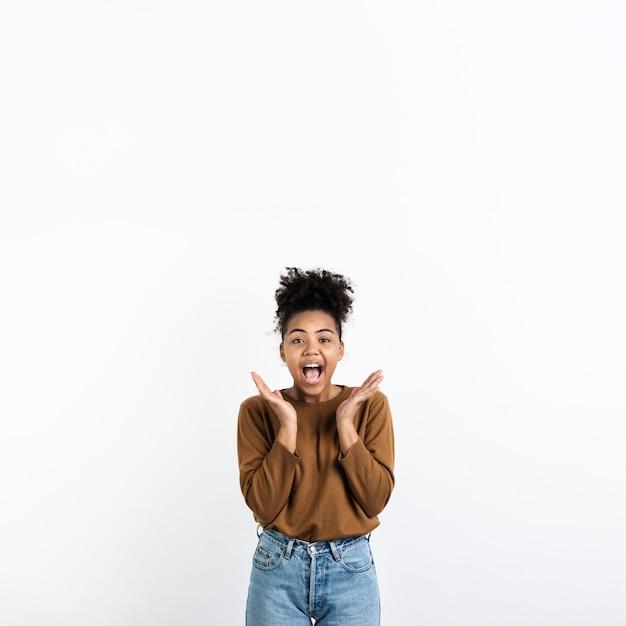 Femme excitée posant avec la bouche ouverte Photo gratuit