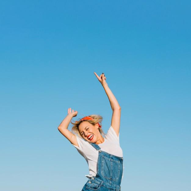 Femme Excitée Sautant Photo Premium
