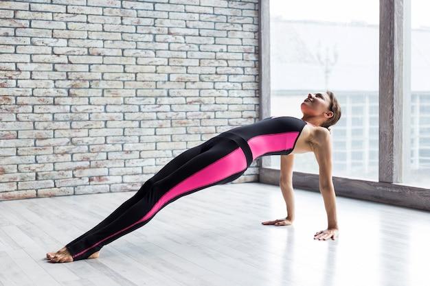 Femme, exécution, pose, yoga, planche, haut Photo gratuit