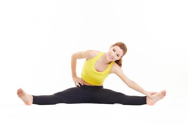 Femme exerçant au studio de fitness Photo Premium