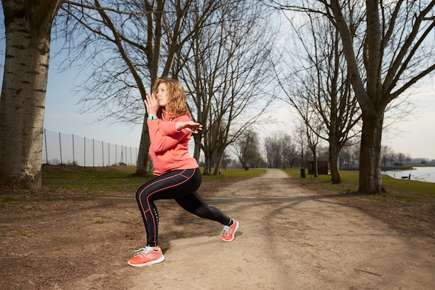 Femme exerce en plein air Photo Premium