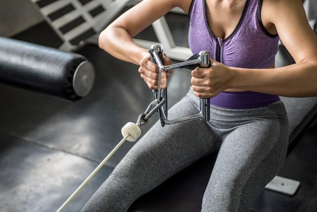 Femme exercice d'entraînement en gym fitness Photo Premium